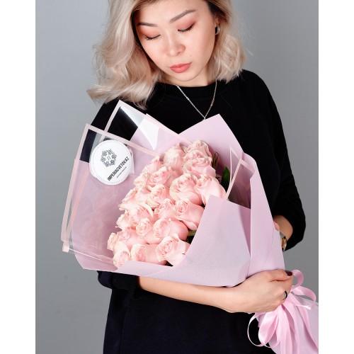 Купить на заказ Букет из 25 розовых роз с доставкой в Аральске