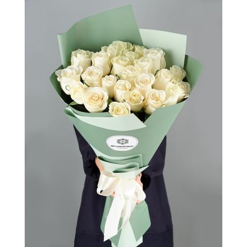 Купить на заказ Букет из 25 белых роз с доставкой в Аральске