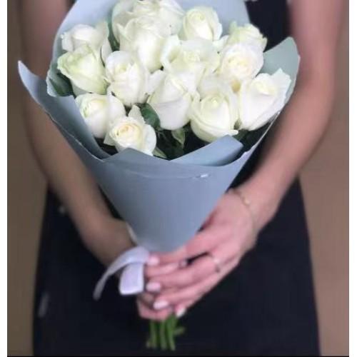 Купить на заказ 15 белых роз с доставкой в Аральске